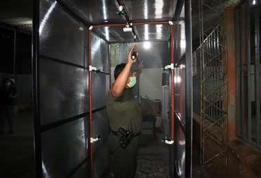 Un centenar de policías usarán las cámaras de desinfección en el penal (foto: Gobernación de Santa Cruz)