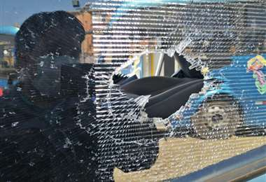 Buses dañados por la turba. Fue anoche en El Alto