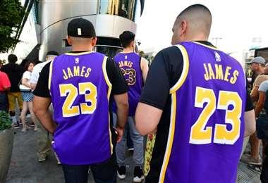 BrownUnos aficionado asisten a un partido de la NBA entre los Lakers y los Clippers en el Staples Center de Los Ángeles en la pasada temporada. Foto: AFP
