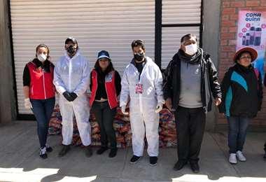 Allegados al club Always Ready distribuyeron este martes bolsas de fideos a vecinos de la urbanización Los Andes de El Alto. Foto: club Always Ready.