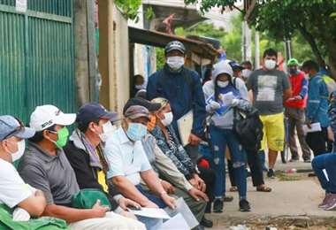 El Gobierno pide evitar aglomeraciones en las afueras de las entidades financieras. Foto: Jorge Uechi
