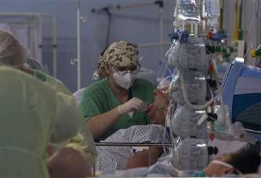Un paciente con coronavirus es atendido en un hospital de campaña en San Pablo. Foto AFP