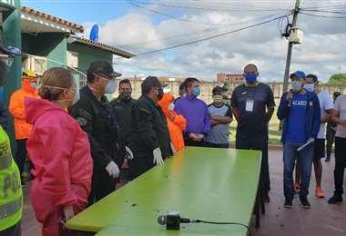 La alcaldesa visitó este martes el penal y llevó insumos de bioseguridad. (Foto: HAM)