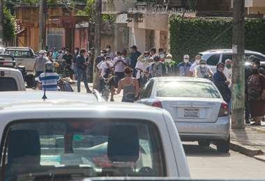 Las filas para comprar el medicamento son extensas. Foto: Jorge Uechi