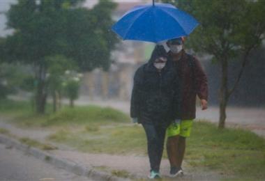La capital cruceña amaneció con una lluvia torrencial. Foto. Jorge Uechi