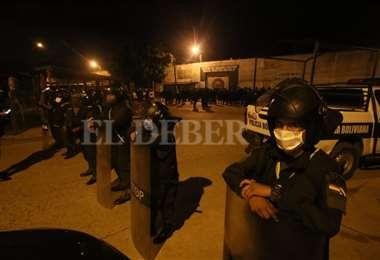 Policías en las afueras de la cárcel de Palmasola. Foto Jorge Gutiérrez