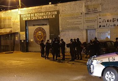 Un importante contingente policía llegó a Palmasola para tratar de controlar un motín de los reclusos. Foto. Jorge Gutiérrez