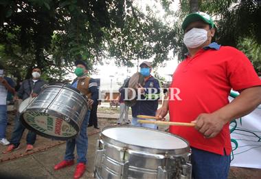 Los músicos esperan la solidaridad de los cruceños en el 'avión pirata'. Foto. Jorge Ibáñez
