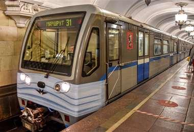 El vagón delantero del metro de Moscú lleva pintada una mascarilla un día después de que se exigiera su uso en el transporte. Foto AFP