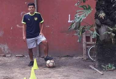 Carlos Soliz en uno de los entrenamientos que realiza en casa para mantenerse bien físicamente. Foto: Carlos Soliz