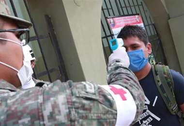 Control de un ciudadano en el centro de la ciudad de Lima. Foto Internet