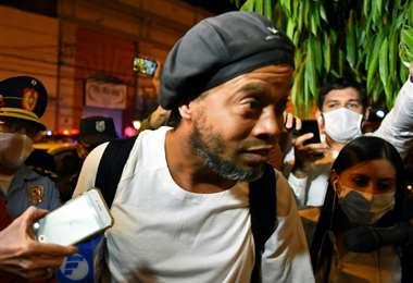 Ronaldinho Gaúcho cuando arribó al hotel en Asunción en el que cumple arresto domiciliario desde el 7 de abril de 2020. Foto: AFP