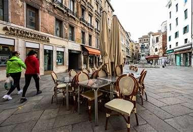 Algunos bares y restaurantes tratan de retornar a sus labores en Venecia. Foto AFP