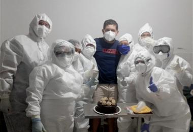 Aldo Suárez posó con personal médico del Centro Centinela un día antes de ser dado de alta.