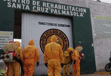 Funcionarios municipales ingresaron hoy a desinfectar el penal (Foto: G.A.M.)