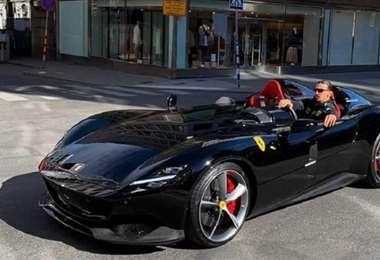 Zlatan Ibrahimovic en el Ferrari Monza, con el que fue sorprendido en Estocolmo. Foto: Internet