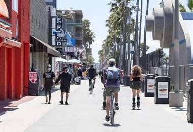 La gente disfruta en Venice Beach en el primer día de desconfinamiento en California. Foto AFP