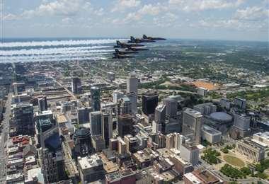 Un escuadrón de la Armada de EEUU rinde homenaje a médicos y paramédicos que luchan contra el Covid-19 en la ciudad de Nashville, Tennessee. Foto AFP