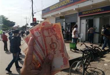 Cobros en las entidades financieras  Foto: Jorge Ibáñez