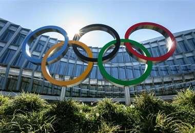 Una foto tomada el 24 de marzo de 2020 de los anillos olímpicos situados frente a la sede del Comité Olímpico Internacional (COI) en Lausana, Suiza, en medio de la propagación del COVID-19. Foto: AFP
