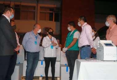 La mandataria Jeanine Áñez hizo entrega de los respiradores anoche en Santa Cruz