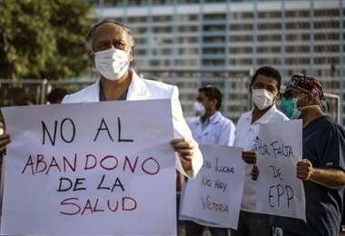 Los médicos peruanos piden una mayor protección. Foto AFP
