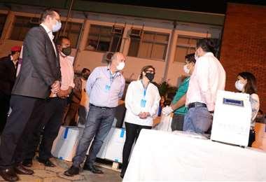La presidenta junto a sus colaboradores en la entrega de los equipos | Foto: ABI