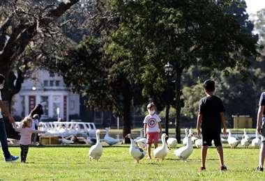 Los menores juegan en un parque de Buenos Aires. Foto AFP