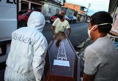 Los muertos suman y siguen en Brasil. Foto AFP