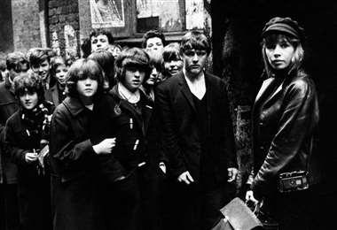 Astrid Kirchherr fuera del Cavern Club en Liverpool, 1964. Fotografía: Max Scheler / Redferns