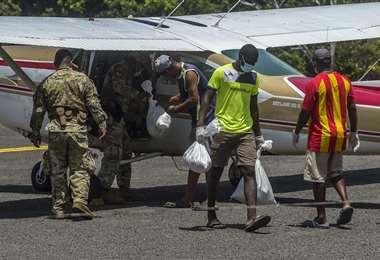 Varias aeronaves llegaron a la isla. Foto AFP