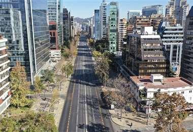 Una avenida de Santiago vacía por la cuarentena estricta. Foto AFP