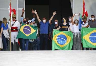 Bolsonaro saluda a sus partidarios en Brasilia. Foto AFP