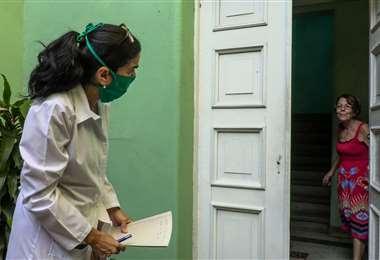 Una médica y sus alumnos salen a la caza del coronavirus