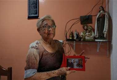 María muestra una foto de sus hijos. Foto AFP
