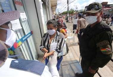 Para acudir a las entidades se deben seguir las reglas sanitarias y de distanciamiento. Foto: Ipa Ibañez