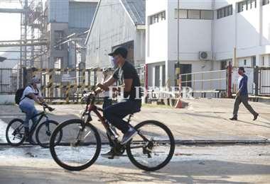 La mayoría de las empresas trasladó a sus trabajadores, otros (foto) asistieron a las fábricas en bicicleta/Foto: Fuad Landívar