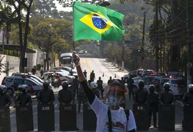 Un poblador de un suburbio paulista protesta pidiendo más ayuda por la pandemia. Foto AFP