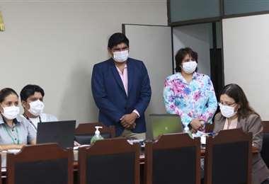 El presidente del TDJ, Cruz, y la fiscal departamental Arancibia, durante las primeras audiencias virtuales (Foto: JORGE GUTIÉRREZ)