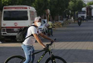 Muchos trabajadores se trasladaron en bicicleta a sus fuentes de trabajo, algunos a pie y otros, fueron llevados en buses. /Foto: Fuad Landívar