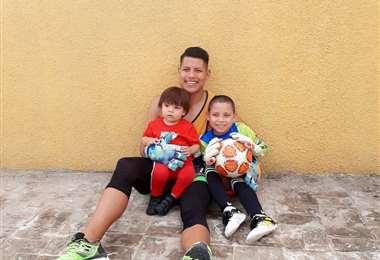 Jimmy Roca con su hijo Gael Santiago y su sobrino Said, que le sigue los pasos. Foto: Jimmy Roca