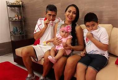 Pepe Peña y su esposa Katherine, sus hijos Bruna y Carlos. Todos son hinchas de  Real, incluidos sus hijos mayores: José, Enrique y María Fernanda.Foto: José Peña