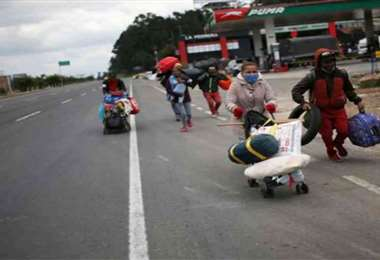 Venezolanos regresan a pie a su país. Foto Prensa Latina