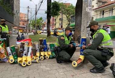 Policías colocando los dispensadores (Radio Caracol))