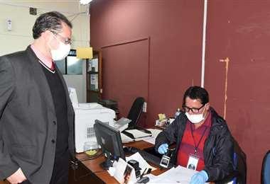 Funcionario de la Procuraduría entrega los requerimientos