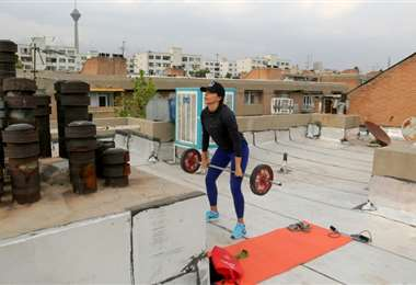 Atta KenareLa atleta iraní Maryam Toosi se entrena en la azotea de su edificio, el 19 de mayo de 2020 en Teherán. Foto: AFP