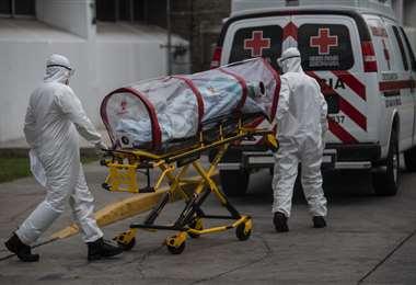Paramédicos transportan a un enfermo de Covid-19 en la Ciudad de México. Foto AFP