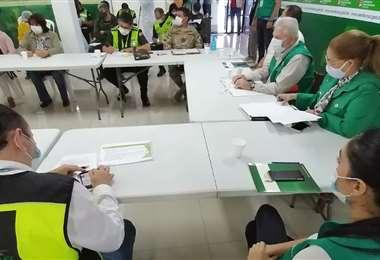 Reunión de las autoridades locales, que hicieron una evaluación de la cuarentena/ Foto: Hernán Virgo