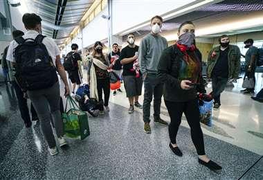 Pasajeros en el aeropuerto San Diego, en Carolina del Norte. Los vuelos se están reactivando. Foto AFP
