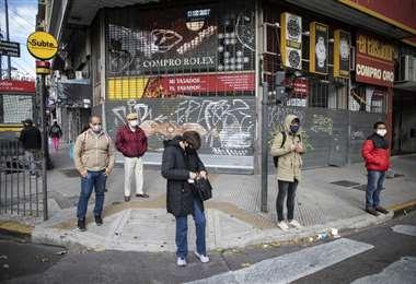 Ciudadanos en una esquina del centro de la capital argentina. Foto Internet